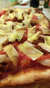 vegán pizza növényi sajttal, vegán kolbásszal