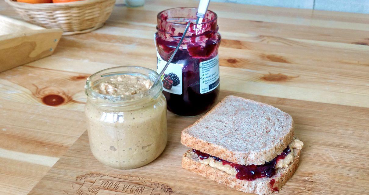peanut butter jelly szendvics, azaz mogyoróvajas, lekváros kenyér, házilag készített földimogyoróvajjal - vegán recept